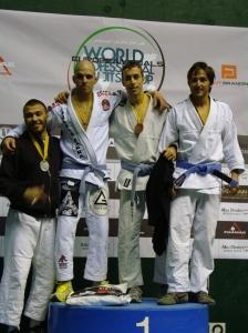 Sergio Calderón en el podio Azul -68kg