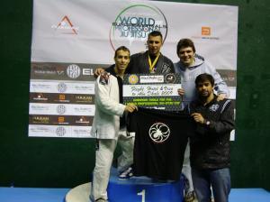 David en lo más alto del podio junto a su entrenador Yan Cabral y sus compañeros Sergio y Shannon