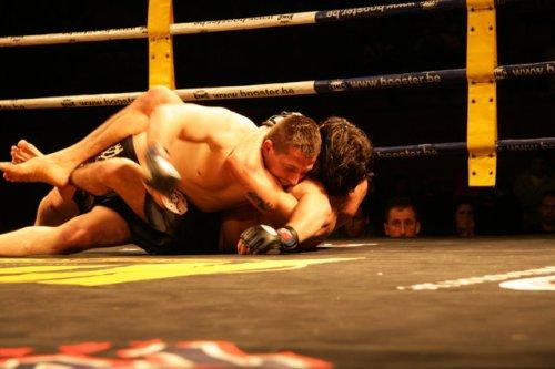 Yan Cabral finalizando a su rival