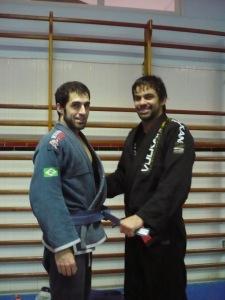 """Raul Poza """"el ninja"""" recibiendo el cinturón azul de manos de Yan Cabral"""