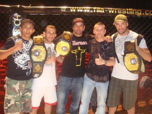 Yan Cabral con el cinturón de campeón